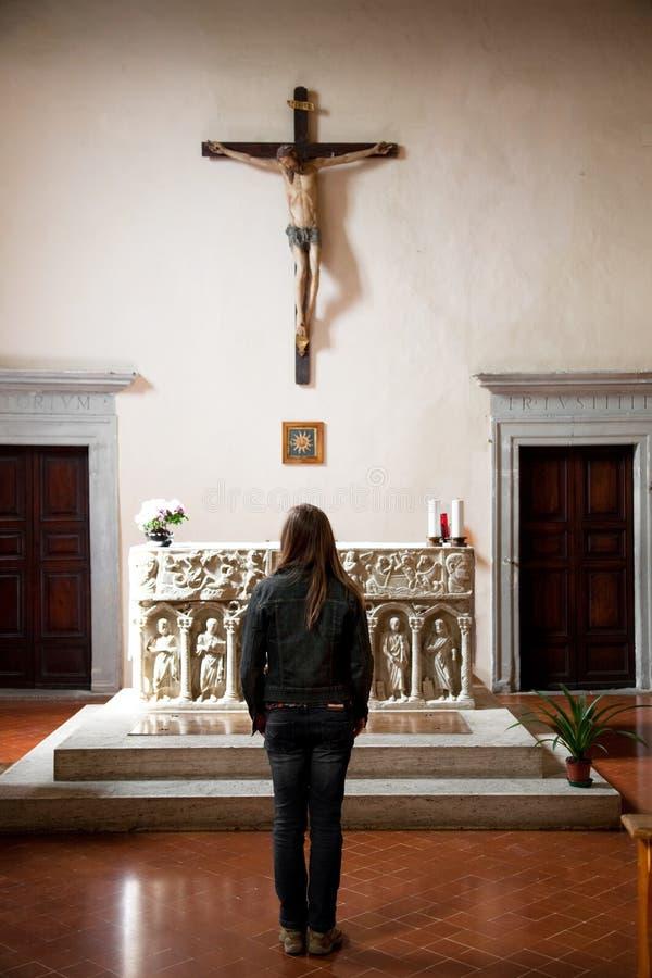 Mujer joven en una de la iglesia italiana imagen de archivo