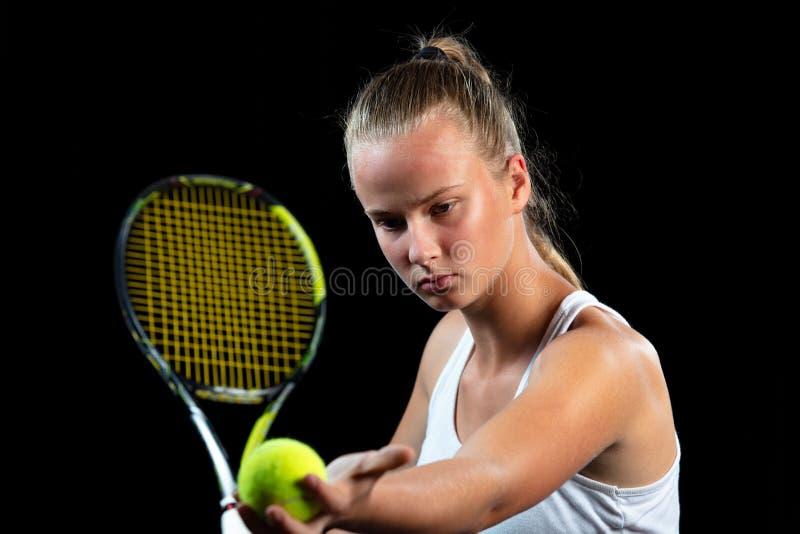 Mujer joven en una práctica del tenis Jugador del principiante que celebra una estafa, aprendiendo destrezas básicas Retrato en f fotografía de archivo libre de regalías