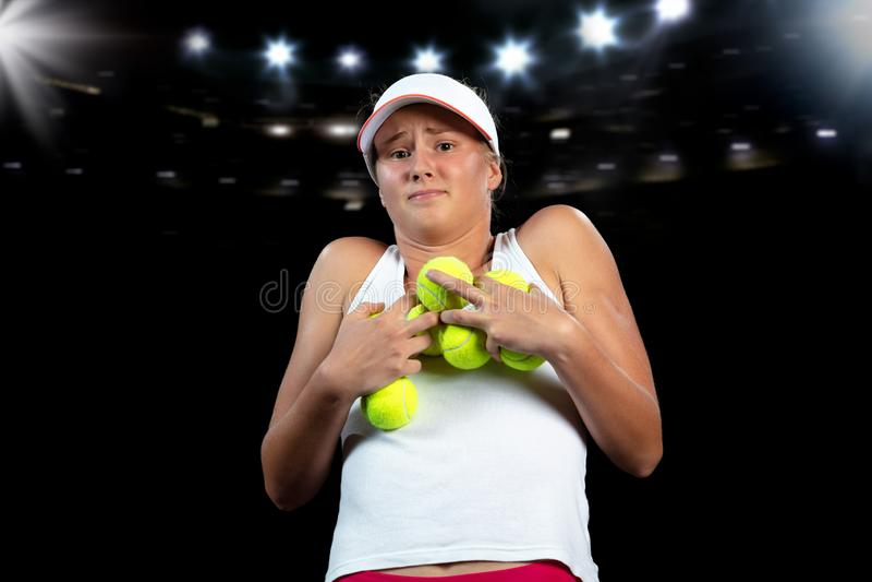 Mujer joven en una práctica del tenis Jugador del principiante que celebra una estafa, aprendiendo destrezas básicas Retrato en f fotos de archivo libres de regalías