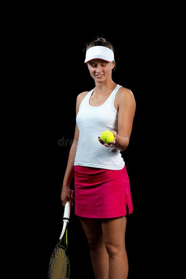 Mujer joven en una práctica del tenis Jugador del principiante que celebra una estafa, aprendiendo destrezas básicas Retrato en f fotografía de archivo