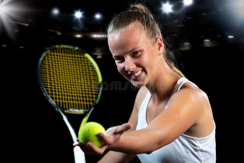 Mujer joven en una práctica del tenis Jugador del principiante que celebra una estafa, aprendiendo destrezas básicas Retrato en f foto de archivo