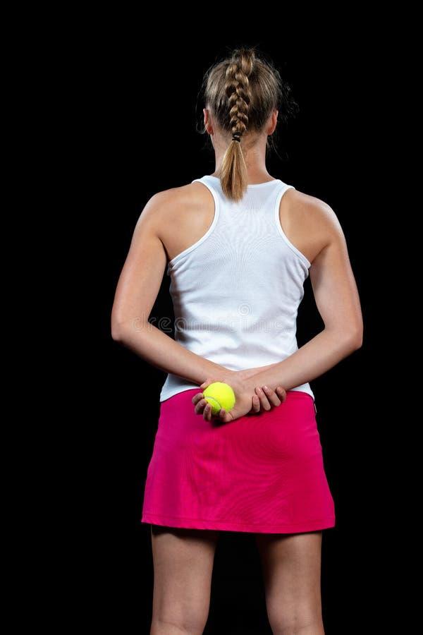 Mujer joven en una práctica del tenis Jugador del principiante que celebra una estafa, aprendiendo destrezas básicas Retrato en f imagen de archivo