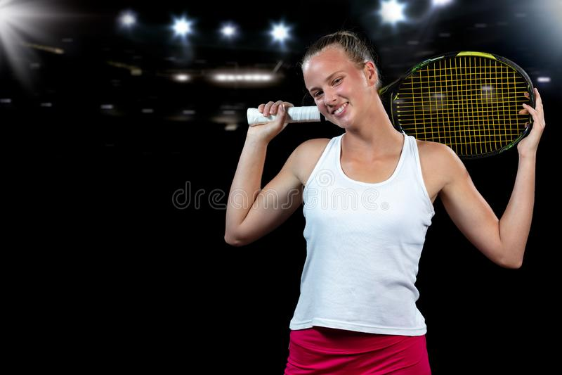 Mujer joven en una práctica del tenis Jugador del principiante que celebra una estafa, aprendiendo destrezas básicas Retrato en f imagen de archivo libre de regalías