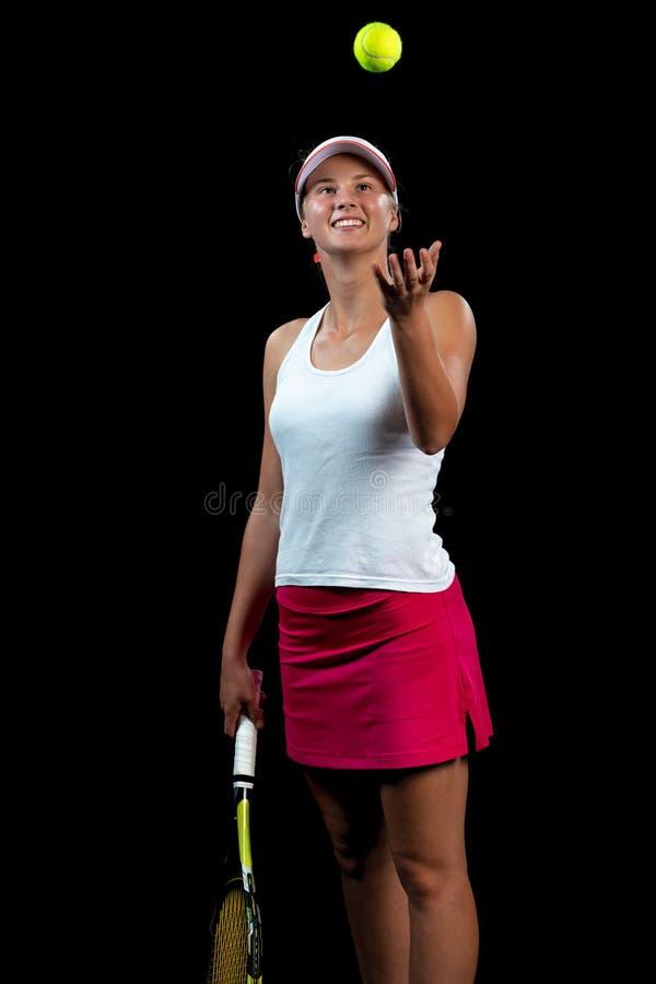 Mujer joven en una práctica del tenis Jugador del principiante que celebra una estafa, aprendiendo destrezas básicas Retrato en f foto de archivo libre de regalías