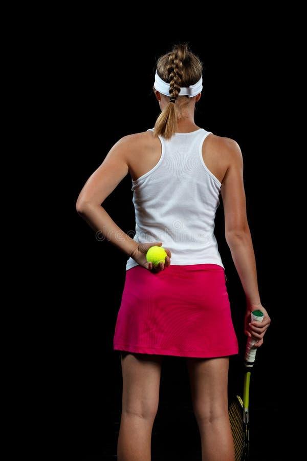 Mujer joven en una práctica del tenis Jugador del principiante que celebra una estafa, aprendiendo destrezas básicas Retrato en f imagenes de archivo
