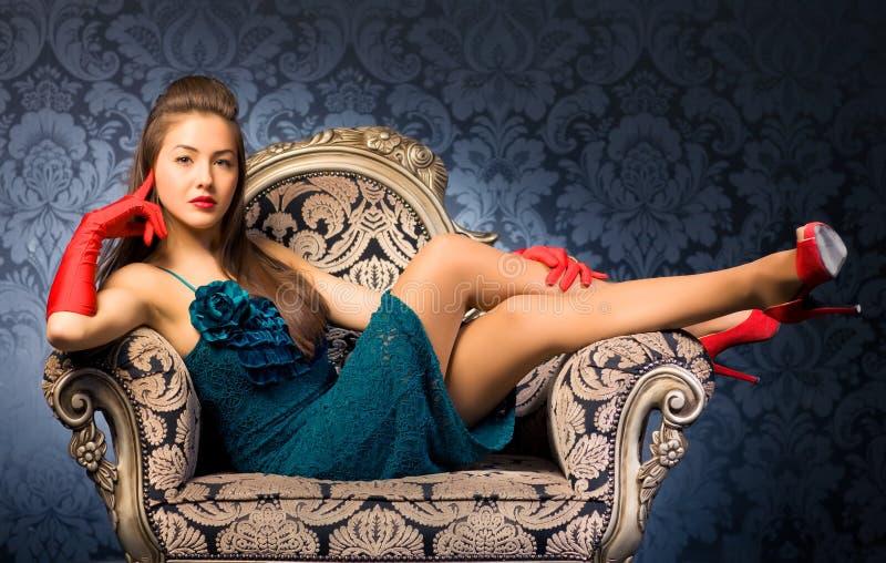 Mujer joven en una silla foto de archivo libre de regalías