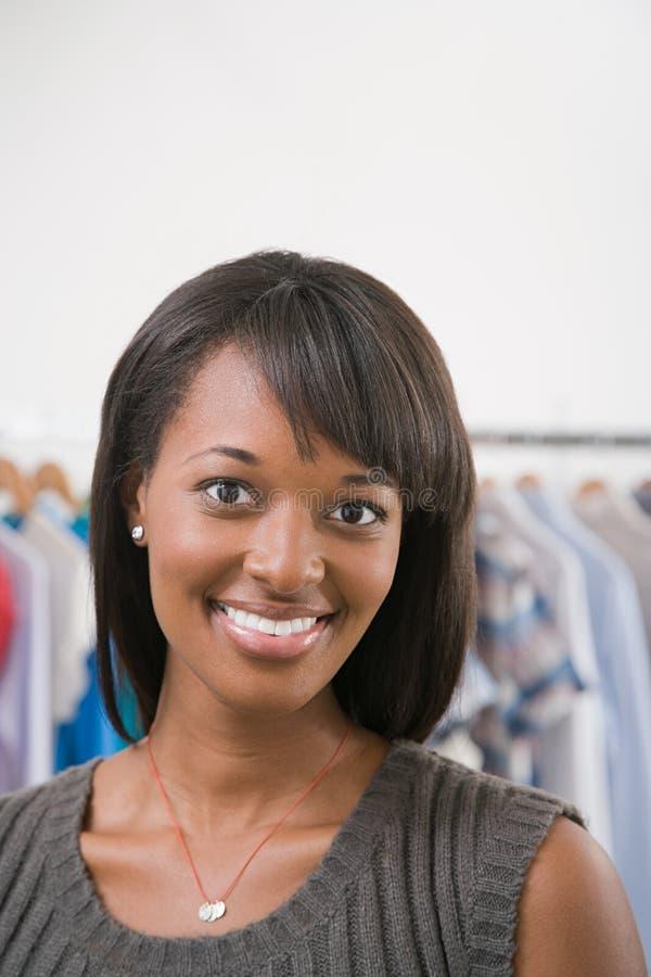 Mujer joven en una tienda imágenes de archivo libres de regalías
