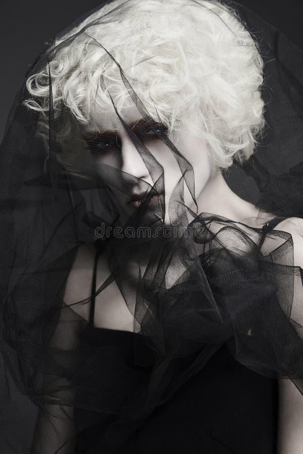 Mujer joven en velo Novia del zombi Víspera de Todos los Santos imagen de archivo libre de regalías