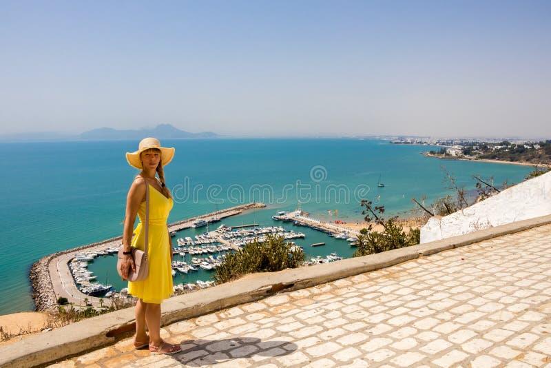 Mujer joven en vestido amarillo en Sidi Bou Said, Túnez, Túnez fotografía de archivo