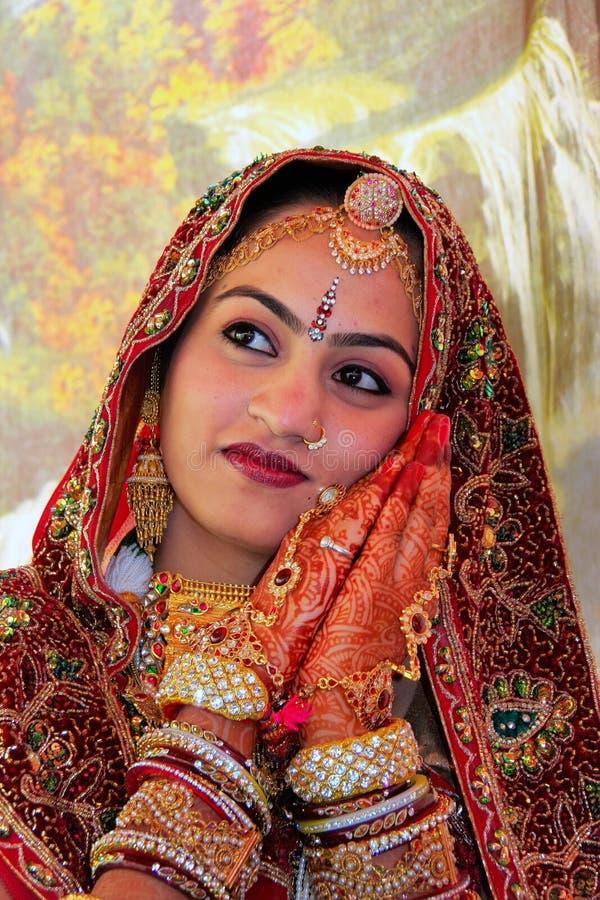 Mujer joven en vestido tradicional que participa en festival del desierto, imagen de archivo libre de regalías