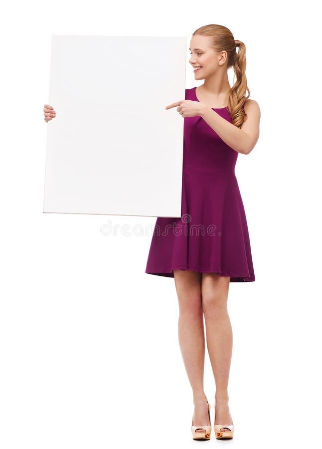 Mujer joven en vestido y tacones altos púrpuras foto de archivo libre de regalías