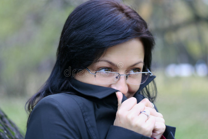 Mujer joven en vidrios foto de archivo