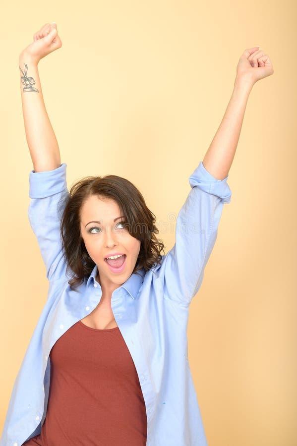 Mujer joven encantada feliz atractiva que estira los brazos en aire imágenes de archivo libres de regalías