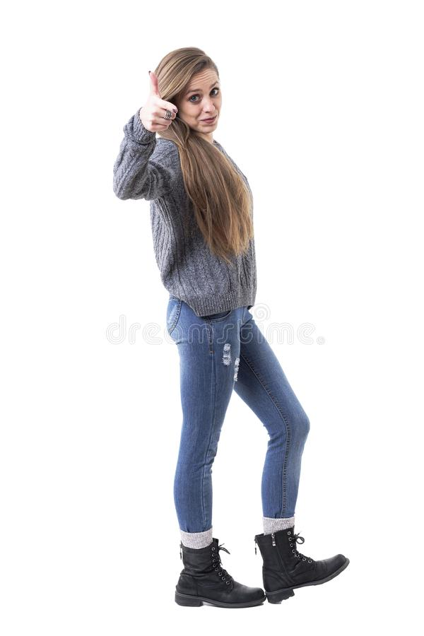 Mujer joven encantadora linda en ropa caliente casual que señala el finger en la cámara que le selecciona imagen de archivo