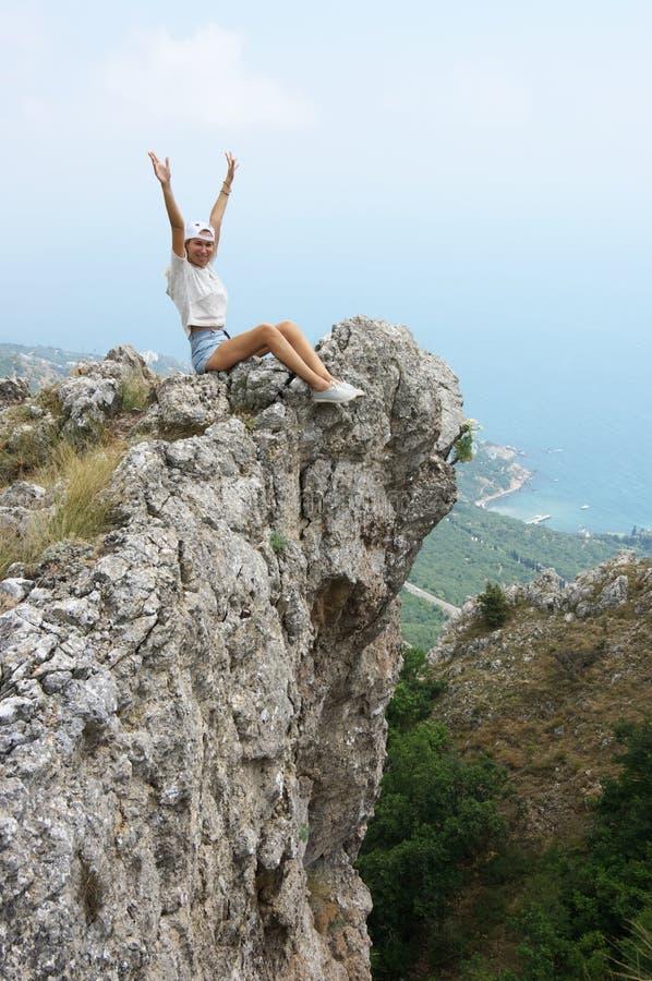 Mujer joven encima de la montaña fotos de archivo