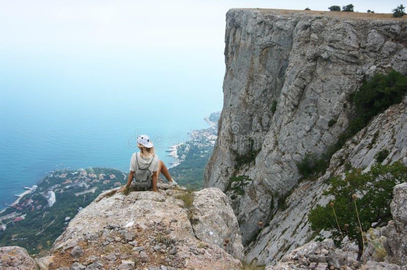 Mujer joven encima de la montaña fotografía de archivo libre de regalías