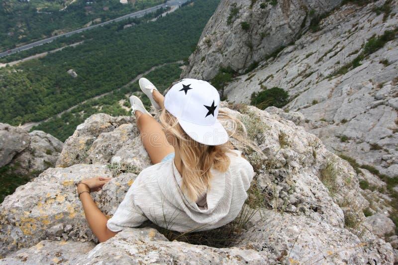 Mujer joven encima de la montaña foto de archivo libre de regalías