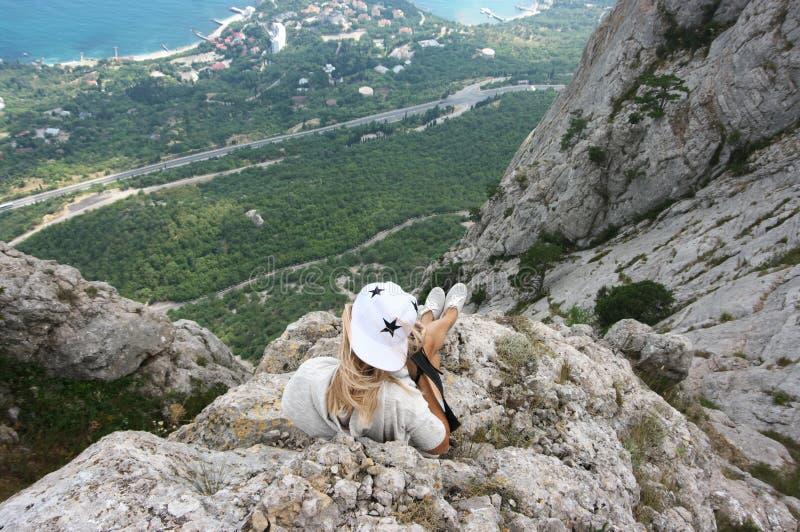 Mujer joven encima de la montaña fotografía de archivo