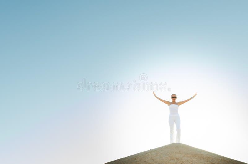 Mujer joven encima de la montaña imágenes de archivo libres de regalías
