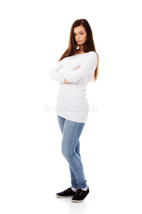 Mujer joven enfadada con los brazos cruzados foto de archivo