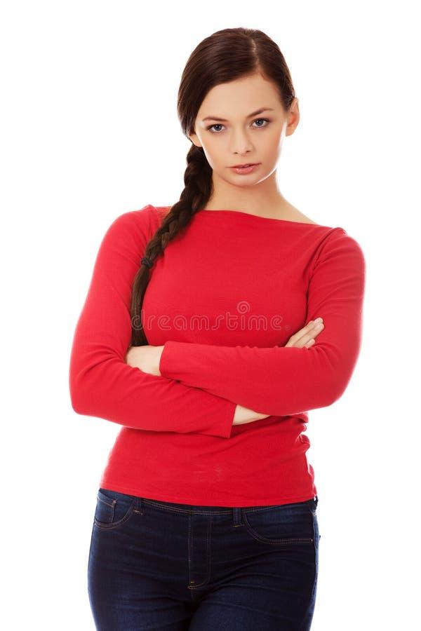 Mujer joven enfadada con los brazos cruzados imagen de archivo libre de regalías