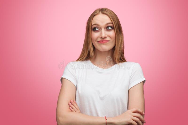 Mujer joven escéptica que mira para arriba imágenes de archivo libres de regalías