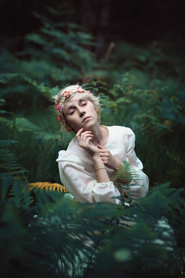 Mujer joven etérea en bosque secreto imagenes de archivo