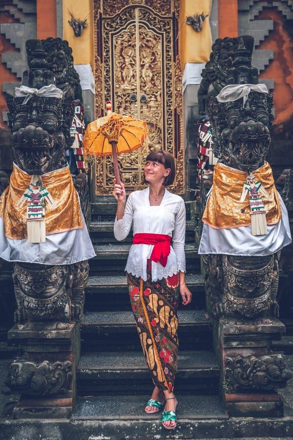 Mujer joven europea en templo tradicional del balinese Isla de Bali imagen de archivo libre de regalías