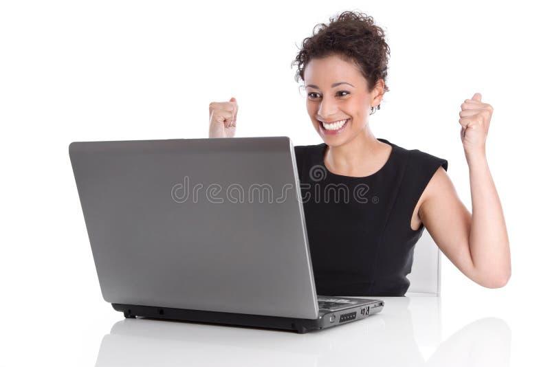 Mujer joven feliz acertada en el escritorio - día perfecto. imagenes de archivo