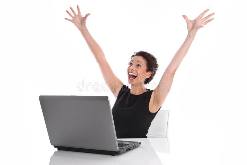Mujer joven feliz acertada en el escritorio - día perfecto. foto de archivo libre de regalías