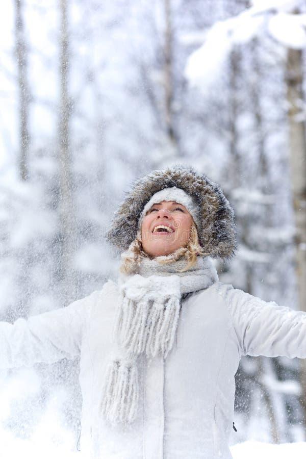 Mujer joven feliz adentro en bosque nevoso fotografía de archivo