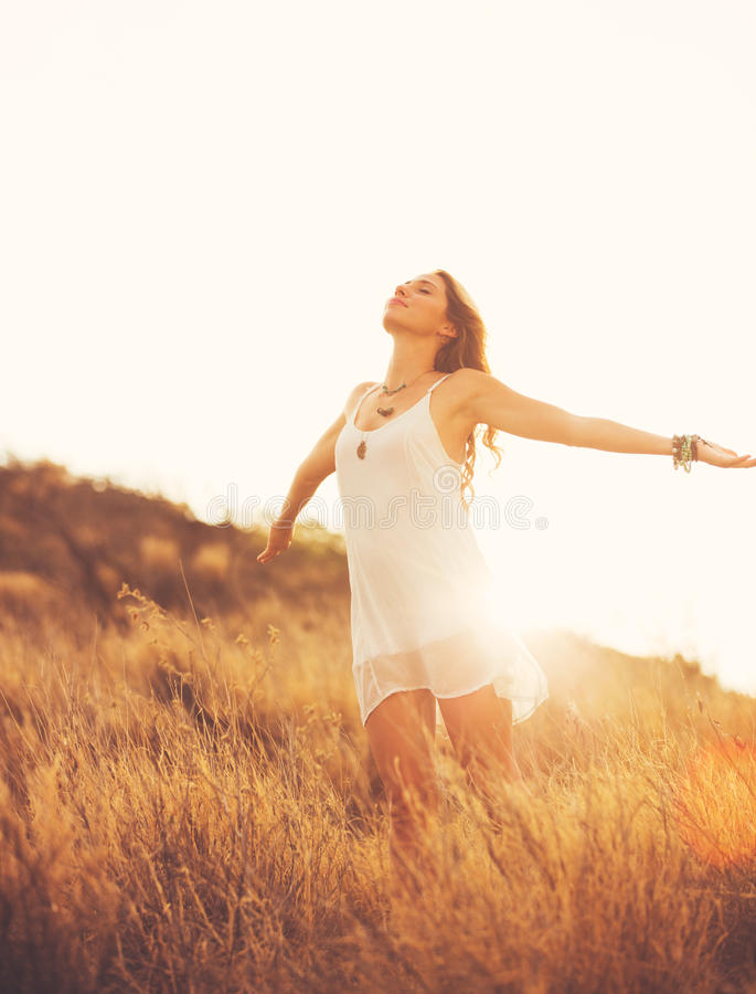 Mujer joven feliz al aire libre en Susnet Forma de vida de la moda fotos de archivo