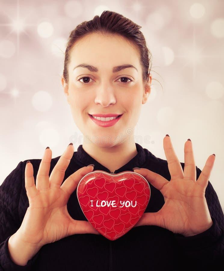 Mujer joven feliz con el regalo para el día de tarjetas del día de San Valentín fotos de archivo
