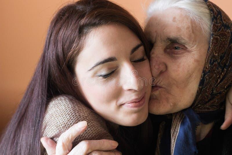 Mujer joven feliz con la abuela imagen de archivo libre de regalías