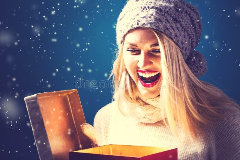 Mujer joven feliz con la caja del regalo de Navidad fotografía de archivo libre de regalías
