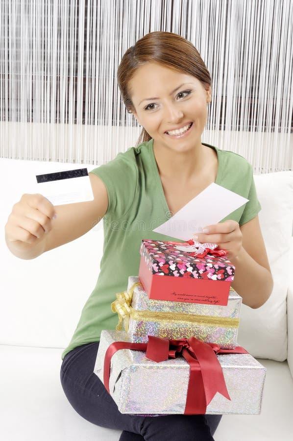 Mujer joven feliz con las cajas de regalo imagen de archivo libre de regalías