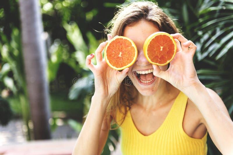 Mujer joven feliz con las naranjas imagenes de archivo