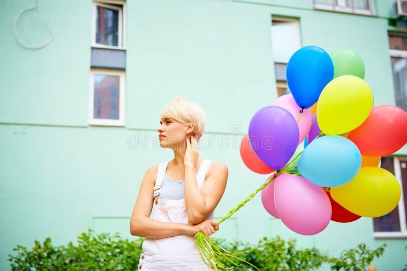 Mujer joven feliz con los globos coloridos del látex fotos de archivo libres de regalías