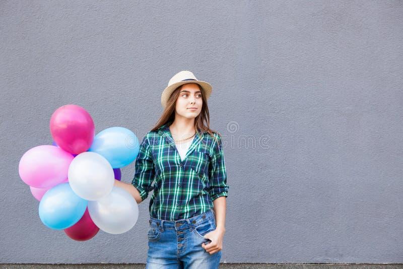 Mujer joven feliz con los globos con el espacio de la copia imagen de archivo
