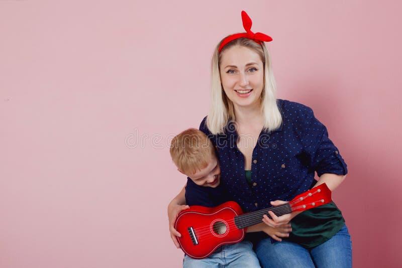 Mujer joven feliz con los hijos Familia alegre fotos de archivo libres de regalías