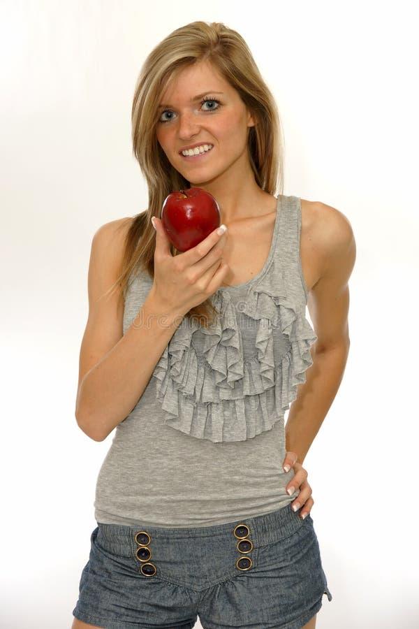 Mujer joven feliz con una manzana roja imágenes de archivo libres de regalías