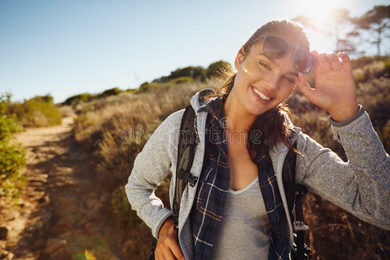 Mujer joven feliz del caminante en naturaleza fotografía de archivo libre de regalías