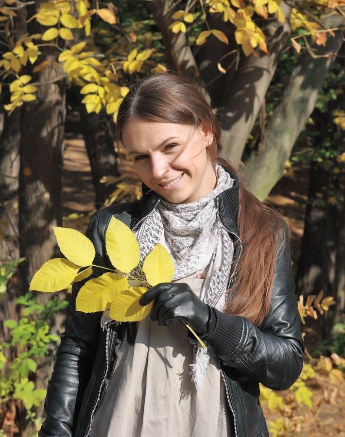 Mujer joven feliz del otoño foto de archivo libre de regalías