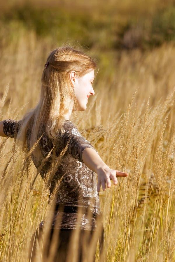 Mujer joven feliz en clasifiada imagen de archivo