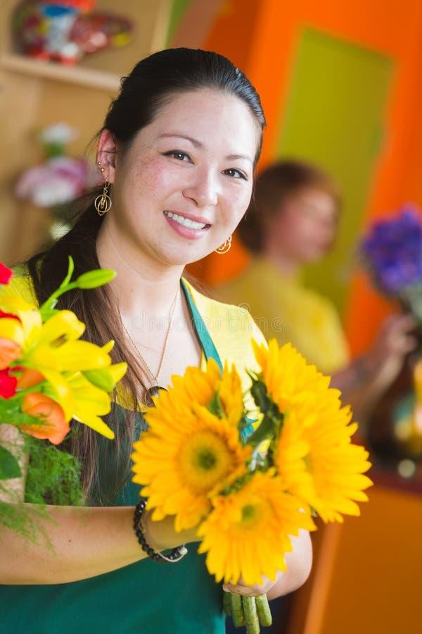 Mujer joven feliz en el florista Shop imagen de archivo