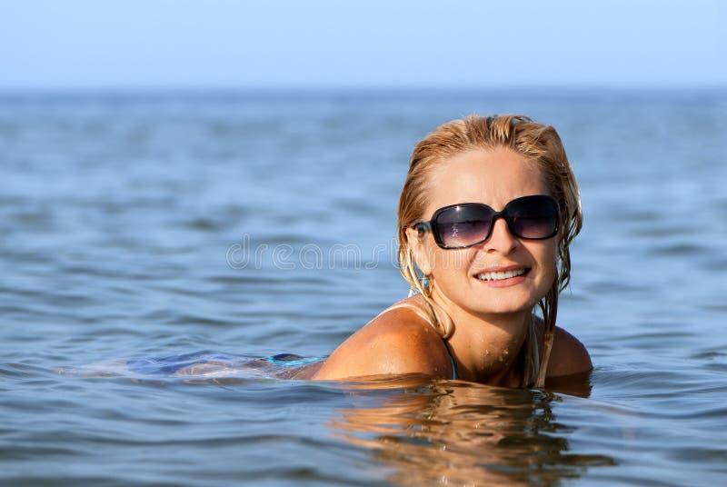Mujer joven feliz en el mar fotos de archivo