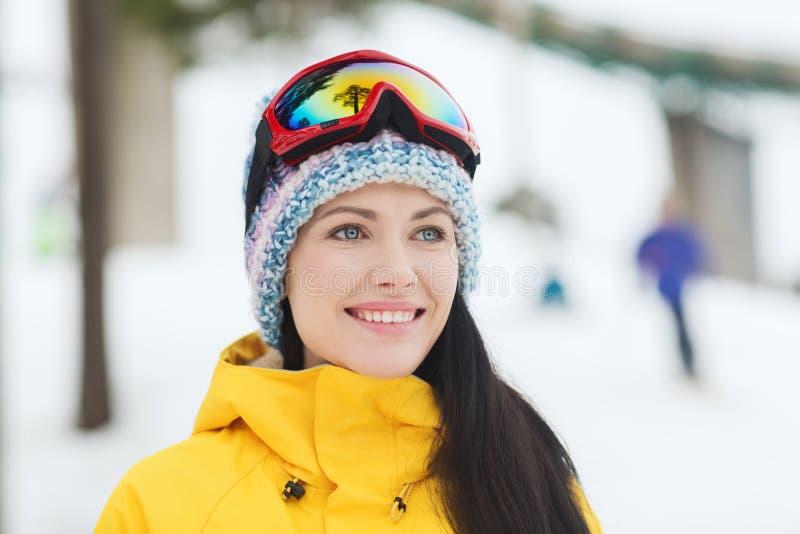 Mujer joven feliz en gafas del esquí al aire libre fotos de archivo libres de regalías