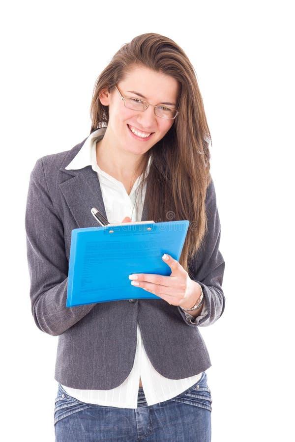 Mujer joven feliz en la escritura del estilo del negocio en cuaderno imágenes de archivo libres de regalías