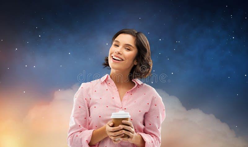 Mujer joven feliz en pijama con la taza de caf? fotografía de archivo