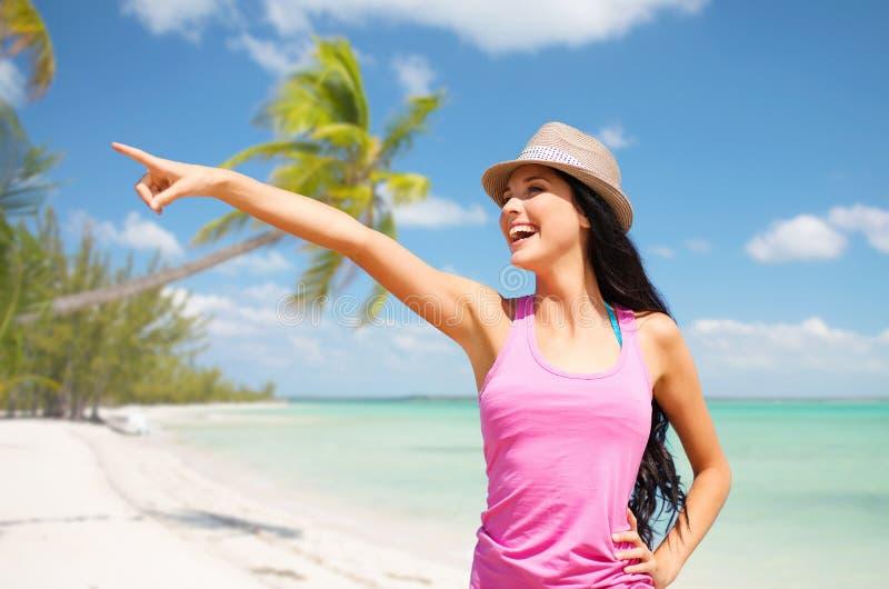 Mujer joven feliz en sombrero en la playa del verano fotos de archivo
